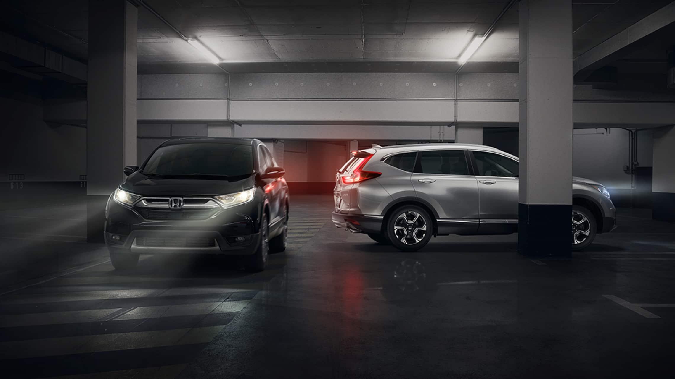 Honda CR-V Touring2019 mostrando el monitor de tránsito cruzado disponible.