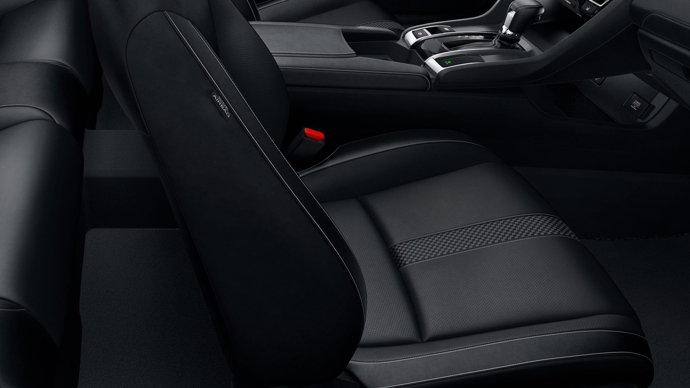 Detalle del asiento con detalles de cuero en el Honda Civic Touring Coupé2020 con Black Leather.
