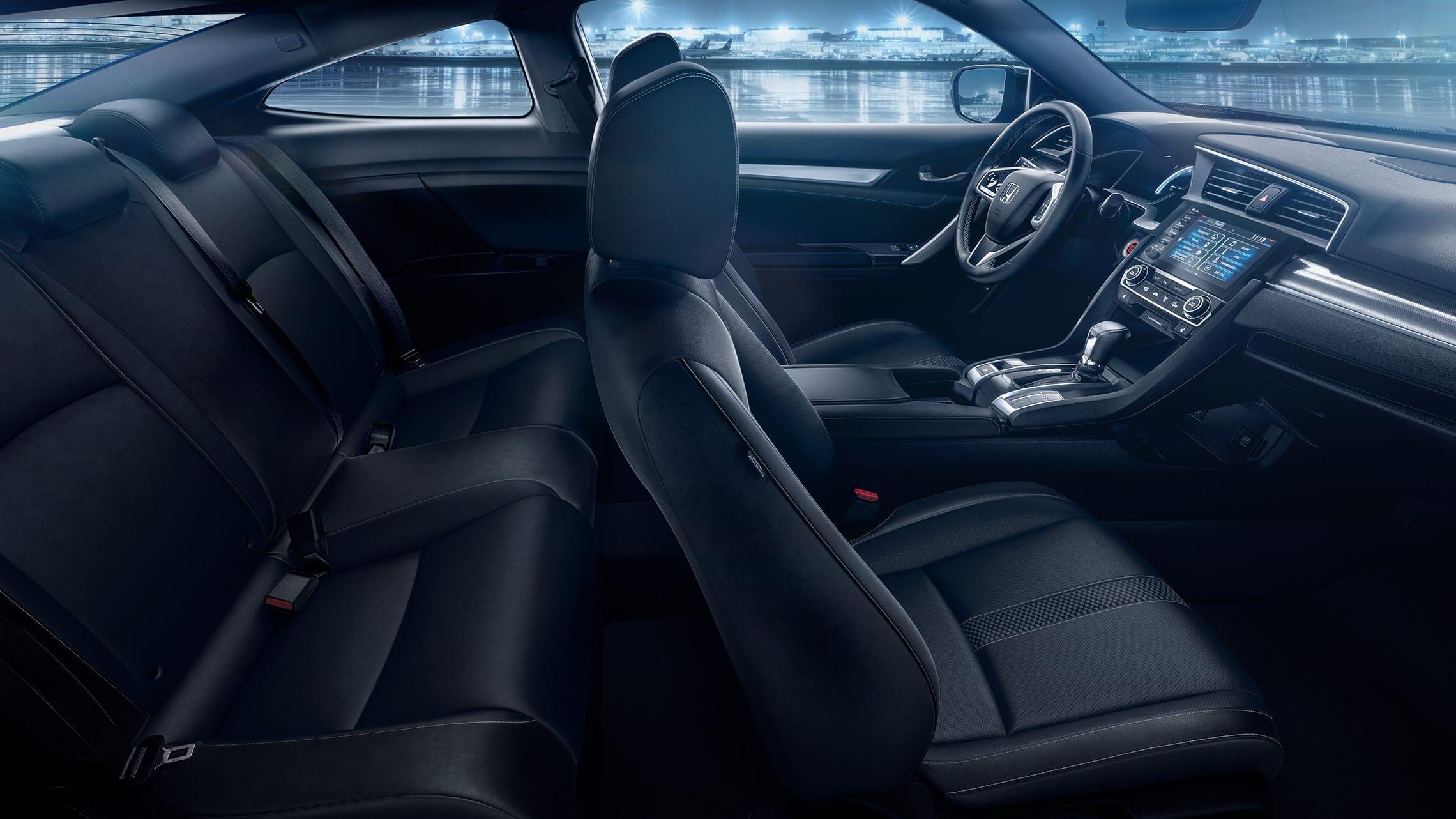 Vista del interior desde el lado del pasajero de los asientos delanteros y traseros del Honda Civic Touring Coupé2020 con Black Leather.