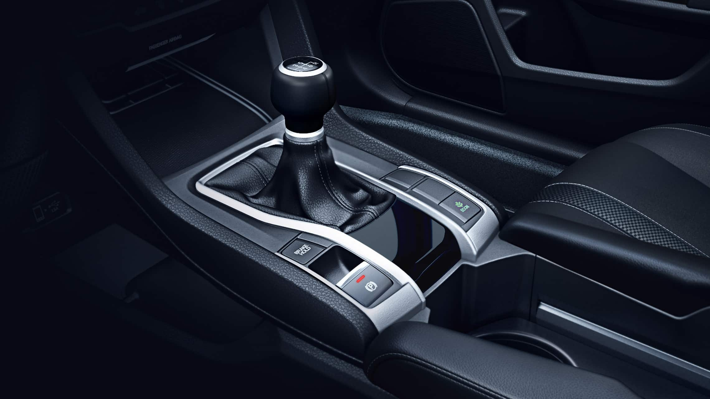 Detalle de los mandos de transmisión manual de 6velocidades en el Honda Civic Sport Coupé2020.
