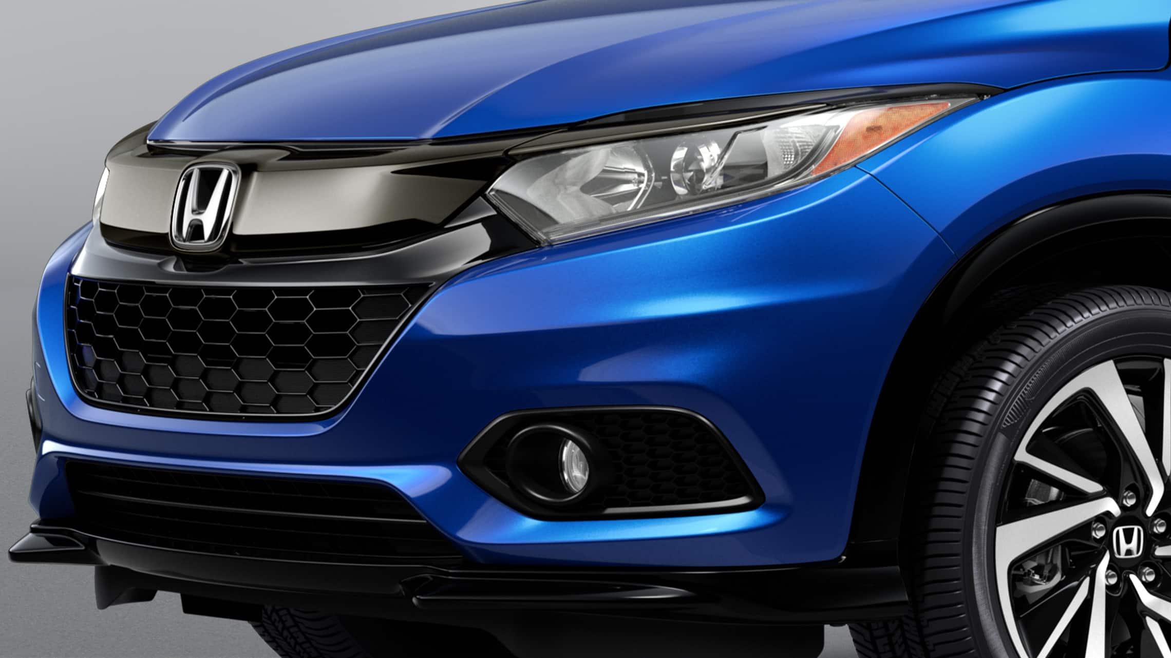 Detalle de las luces de circulación diurna de LED en la Honda HR-V Sport2020 en Aegean Blue Metallic.