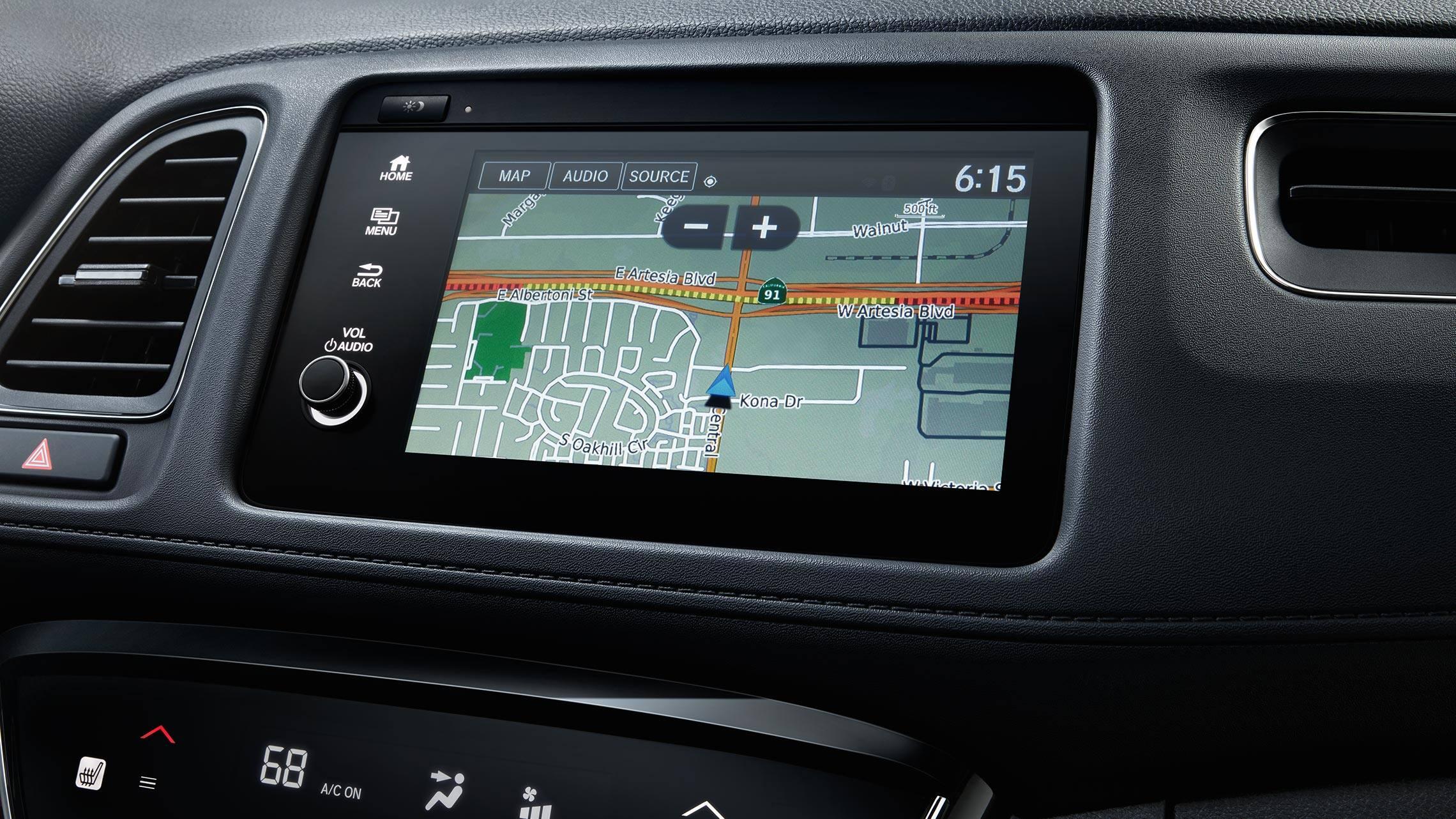 Detalle de Honda Satellite-Linked Navigation System™ en el sistema de audio con pantalla táctil de la Honda HR-V Touring 2020.