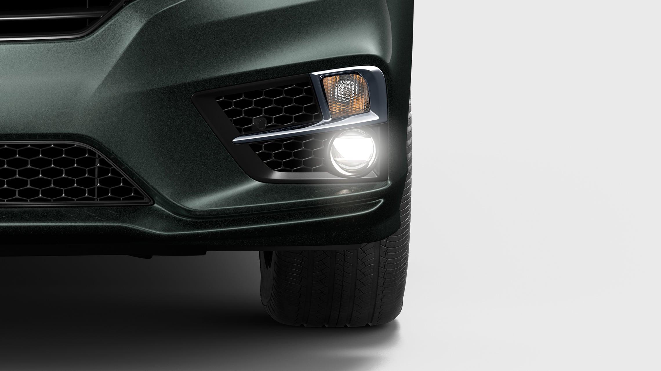 Primer plano frontal de la luz delantera del lado del conductor de la Honda Odyssey Elite2020 en Forest Mist Metallic.