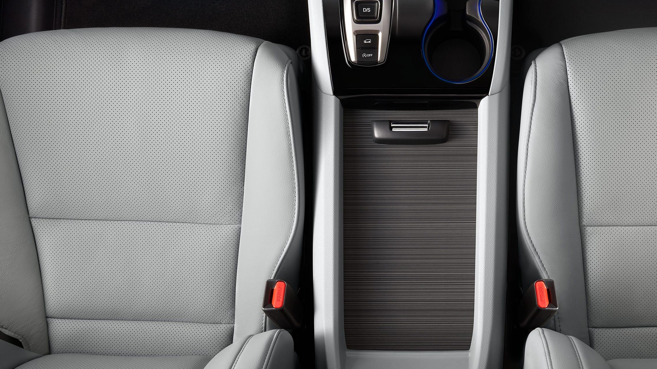 Vista aérea desde la consola central de los asientos ventilados y calefaccionados en la Honda Pilot Elite2020 con interior en Gray Leather.