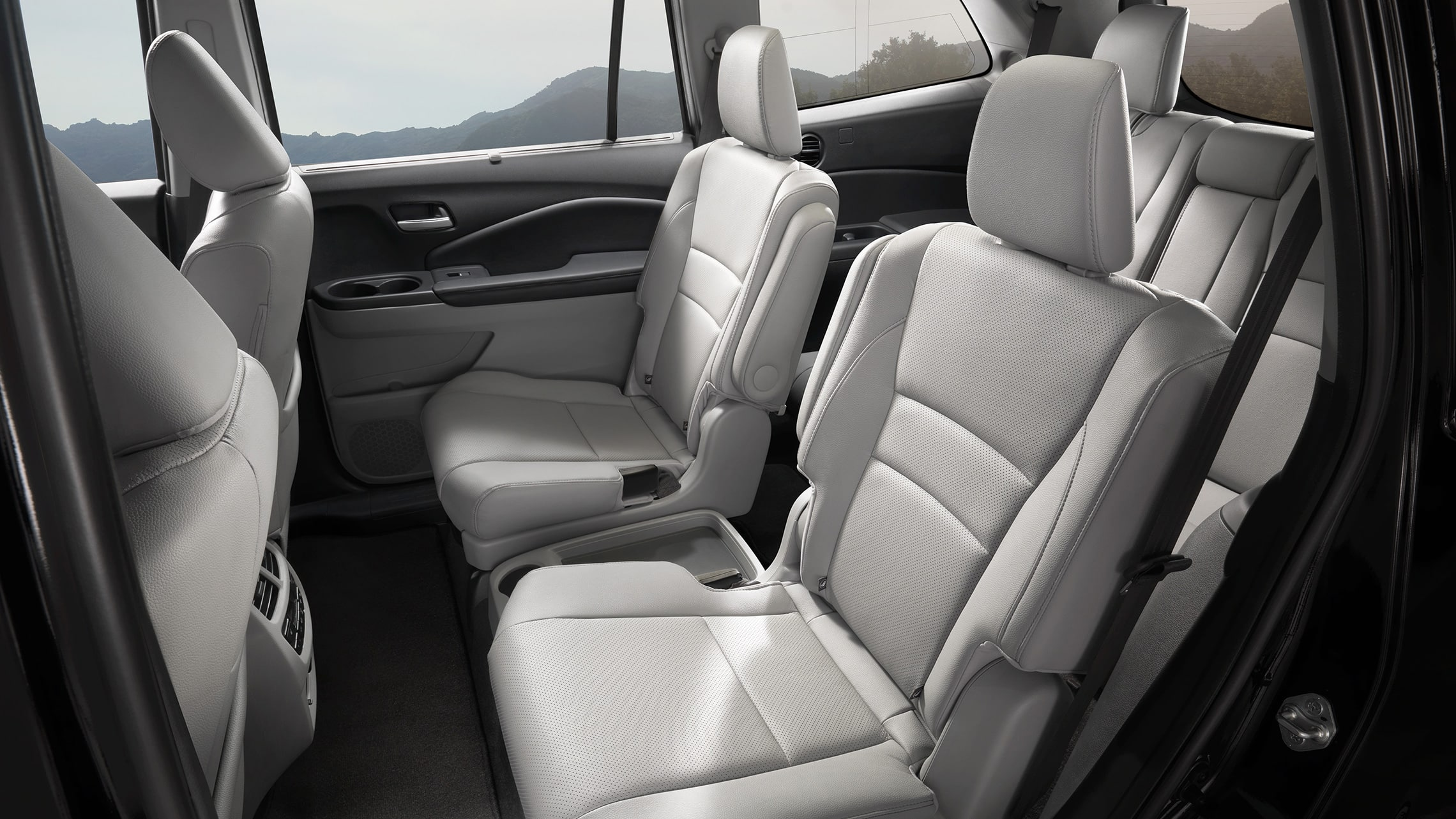Detalle de los asientos tipo capitán en la segunda fila de la Honda PilotElite2020 con Gray Leather.